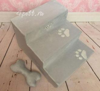 Лесенка для собак серого цвета с лапками.